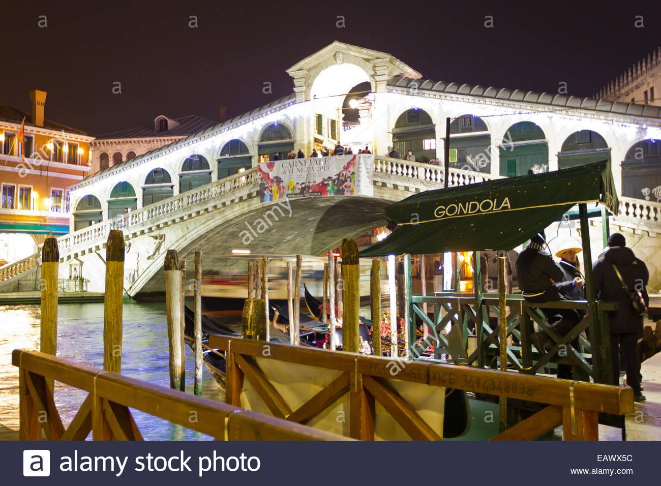 The Renaissance era Rialto bridge on the Grand Canal in Venice. - Stock Image