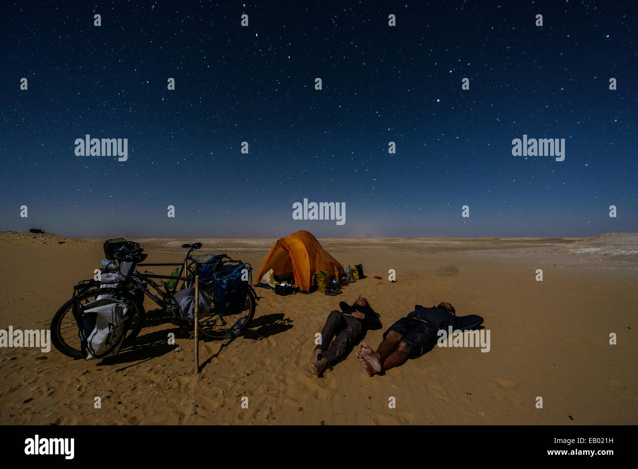 Couple sleeping under the stars in the Sahara Desert, Egypt - Stock Image