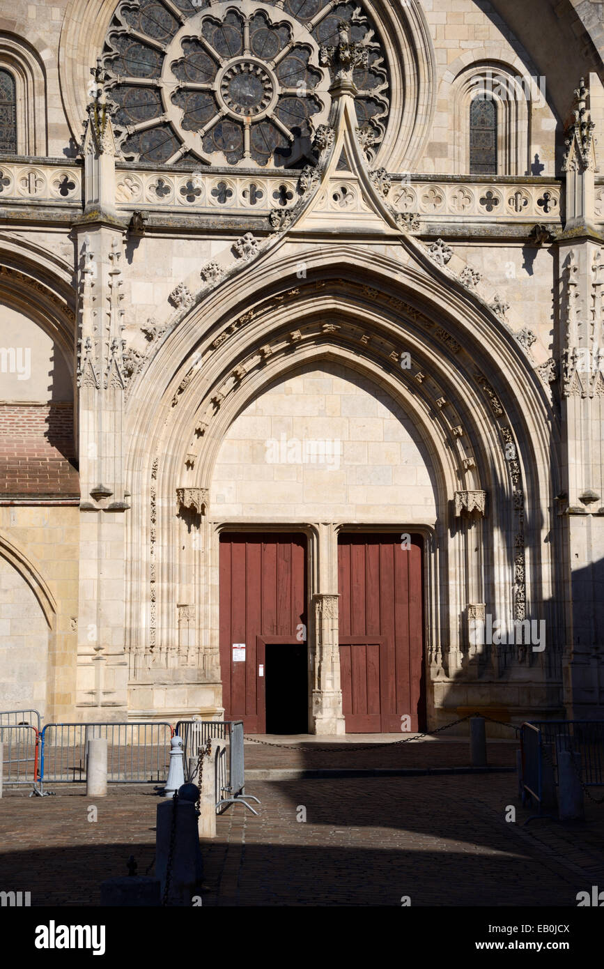 Gothic Western Entrance Doors and Rose Window of Saint Etienne Cathedral or Cathèdrale Saint-Etienne Toulouse - Stock Image