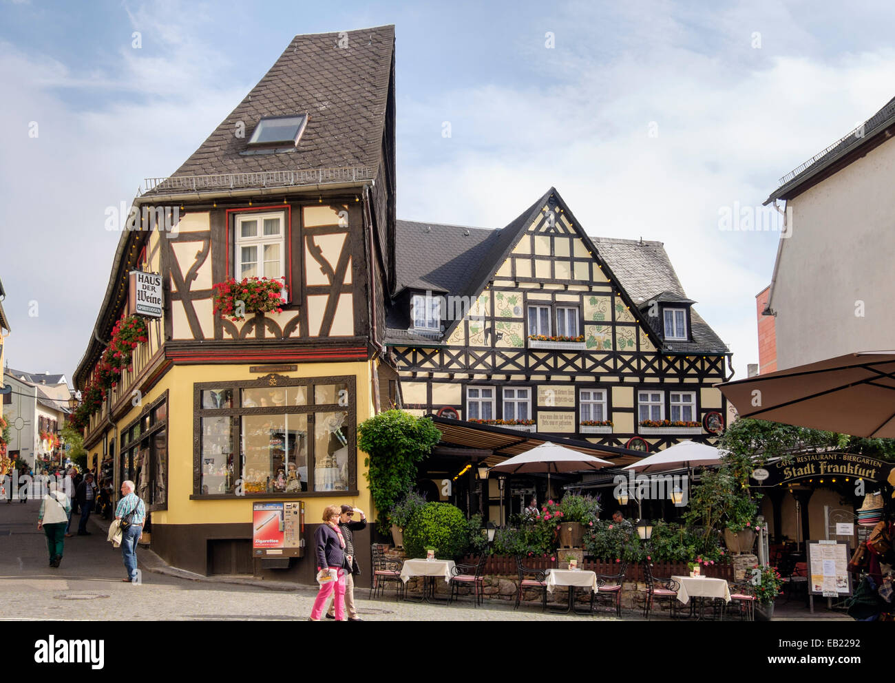 Timbered 17th and 18th century buildings and Stadt Frankfurt cafe restaurant in historic old town of Rüdesheim - Stock Image