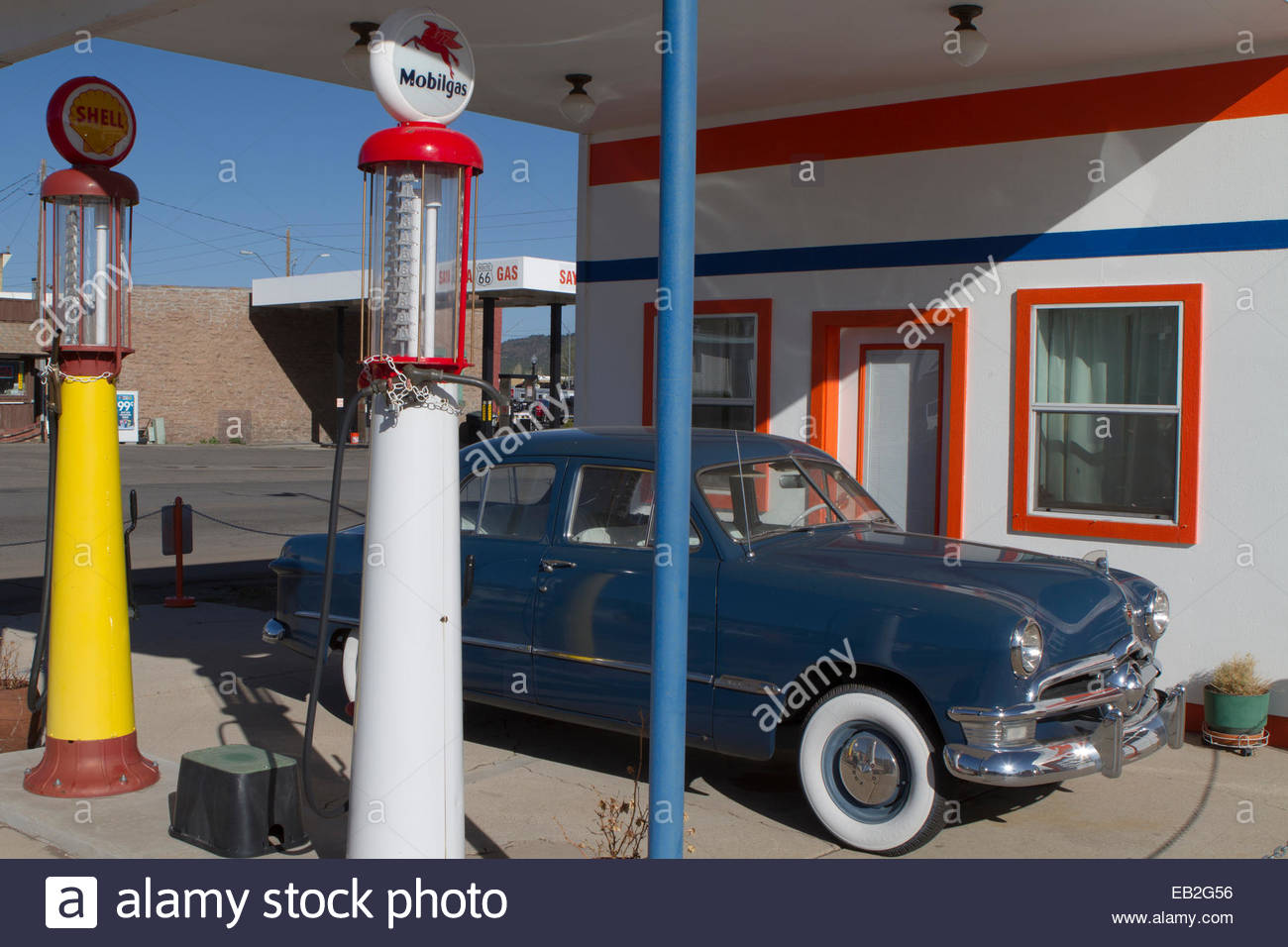A 1950 Ford, and antique gas pumps, at Pete's Gas Station Museum on West Route 66 in Williams, Arizona. - Stock Image