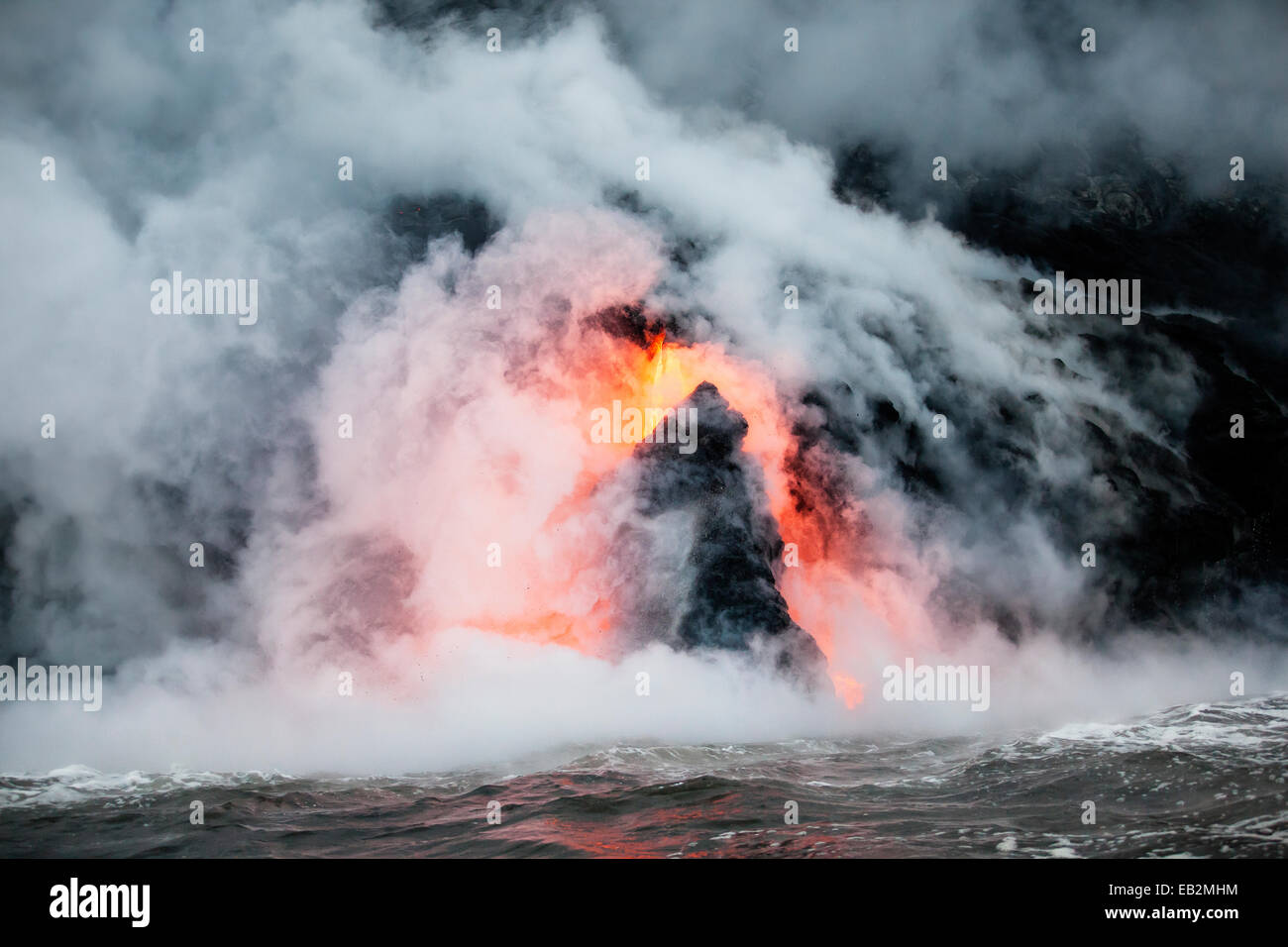 Puʻu ʻŌʻō volcano, volcanic eruption, glowing hot lava flowing into the Pacific Ocean, Hawaiʻi Volcanoes National - Stock Image