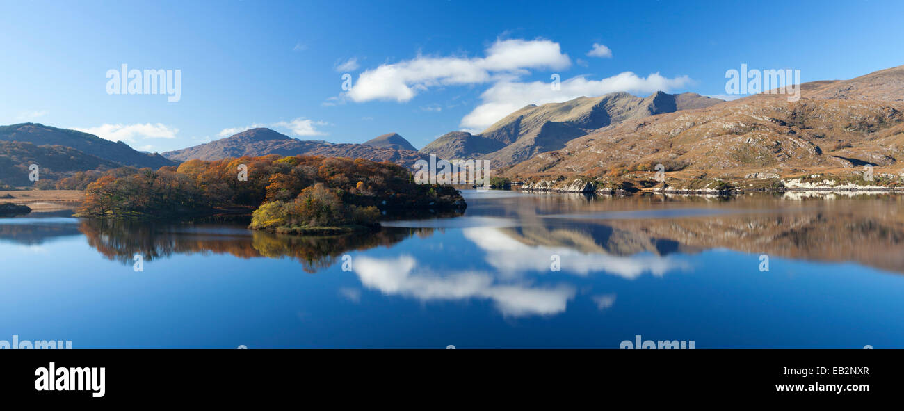 The MacGillycuddy's Reeks mountains reflected in Upper Lake, Killarney National Park, County Kerry, Ireland. - Stock Image