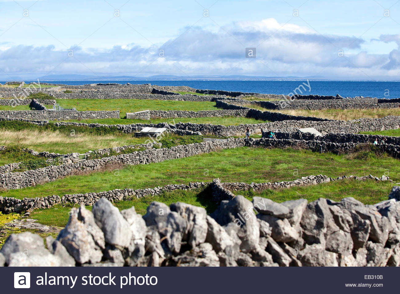 Stonewall architecture around Inis Oirr Island. - Stock Image