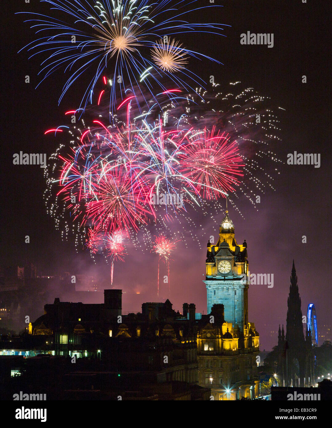 UK, Scotland, Edinburgh, Fireworks exploding above illuminated Edinburgh Castle during Edinburgh Fringe Festival - Stock Image