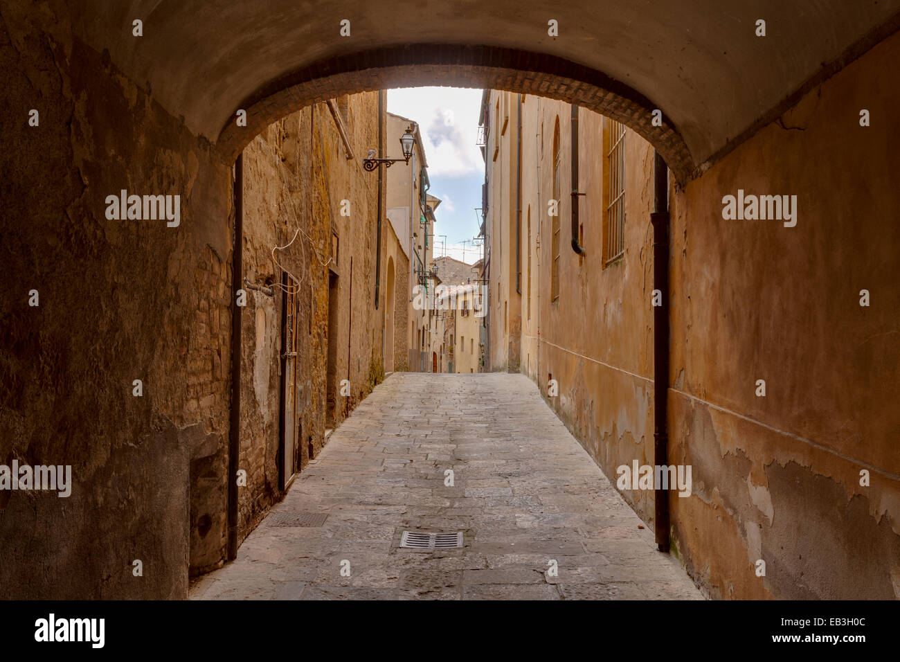 The narrow streets of Volterra, Tuscany. - Stock Image