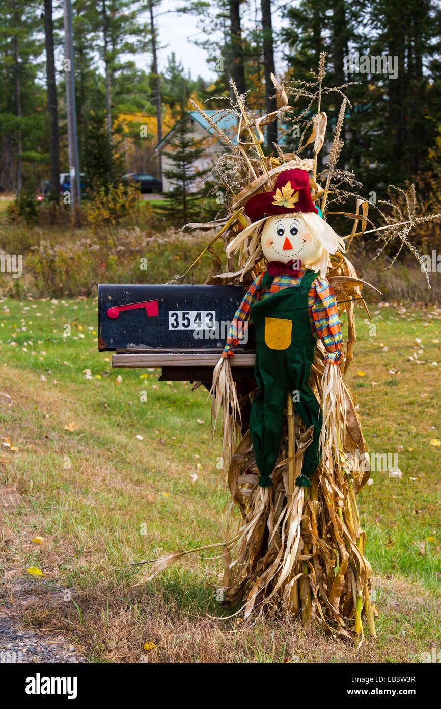 Fall scarecrow mailbox decor in rural Upper Peninsula, Michigan, USA. - Stock Image