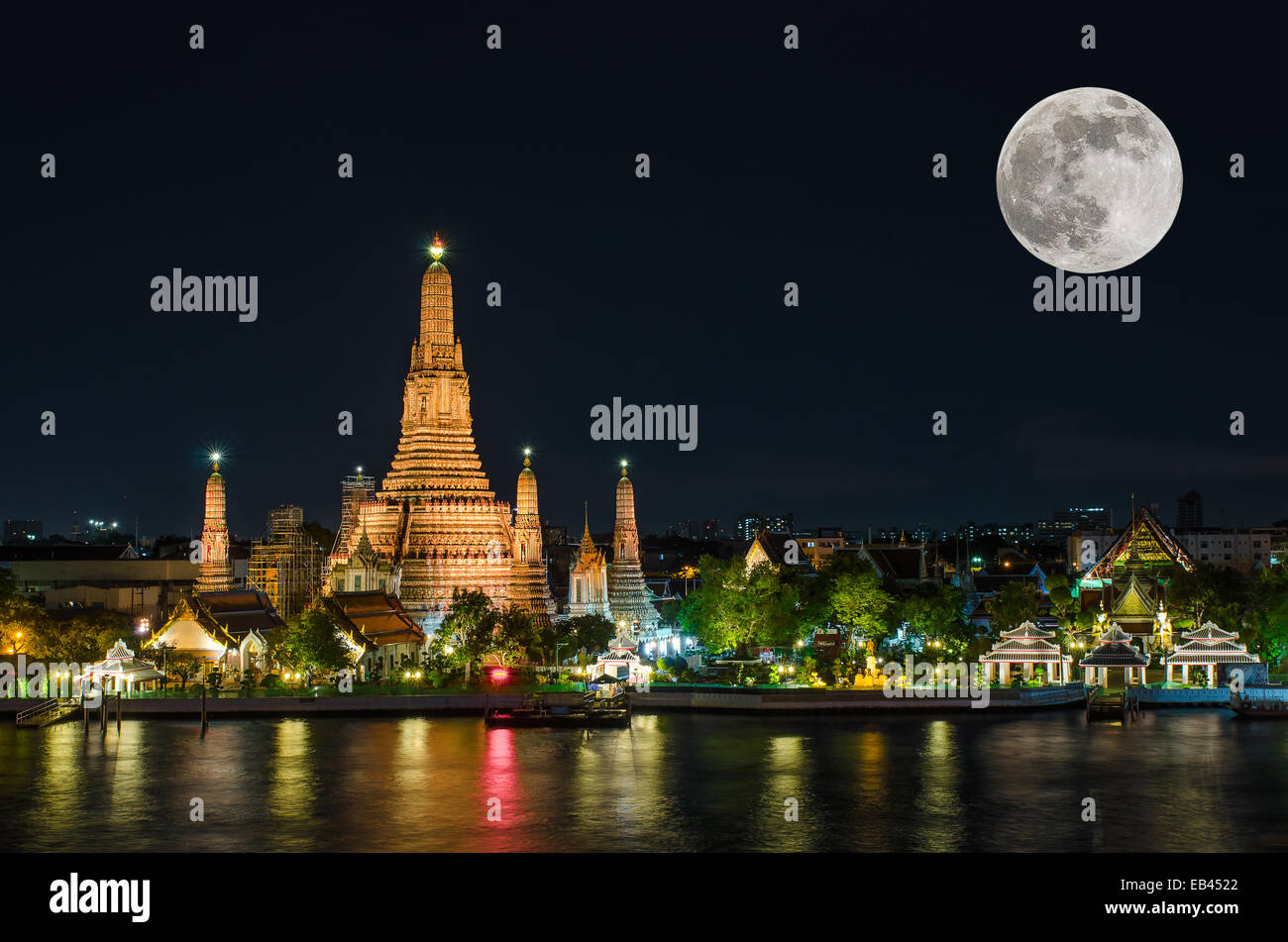 Wat arun in night with super full moon - Stock Image