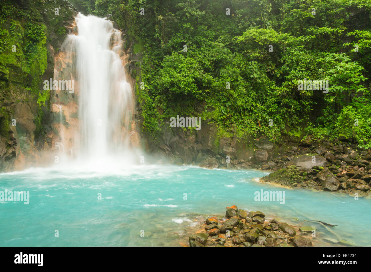 The cerulean blue waters of the Rio Celeste Waterfall in Volcan Tenorio National Park, Costa Rica. - Stock Image