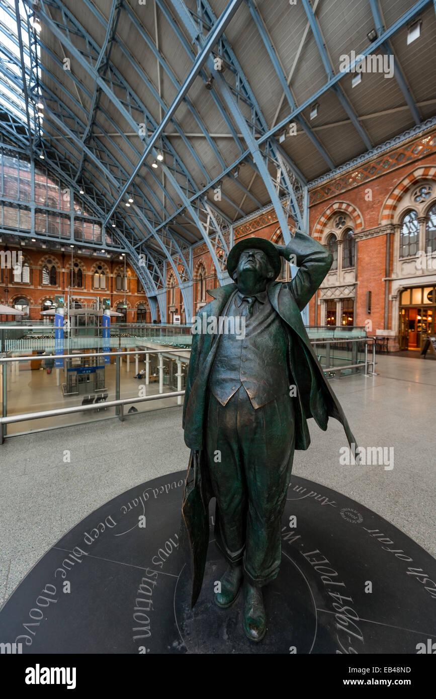 The Betjeman statue (Sir John Betjeman) in bronze by Martin Jennings in the Barlow Shed of London St Pancras railway - Stock Image