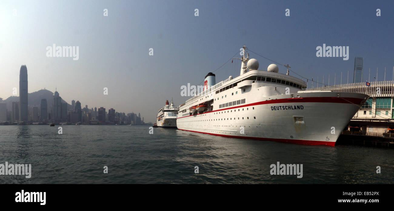 China Hong Kong skyline with Deutschland cruise at Ocean Terminal - Stock Image