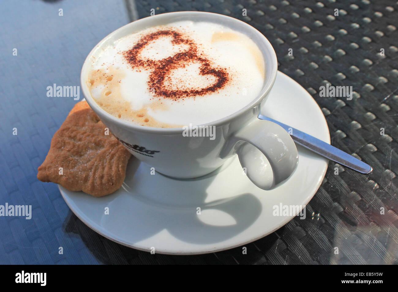 Tasse Cappuccino mit 2 Herzen aus Schokoladenpulver - Stock Image
