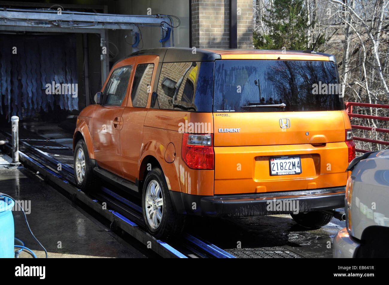 Honda Element at a car wash in Lahnam, Maryland - Stock Image