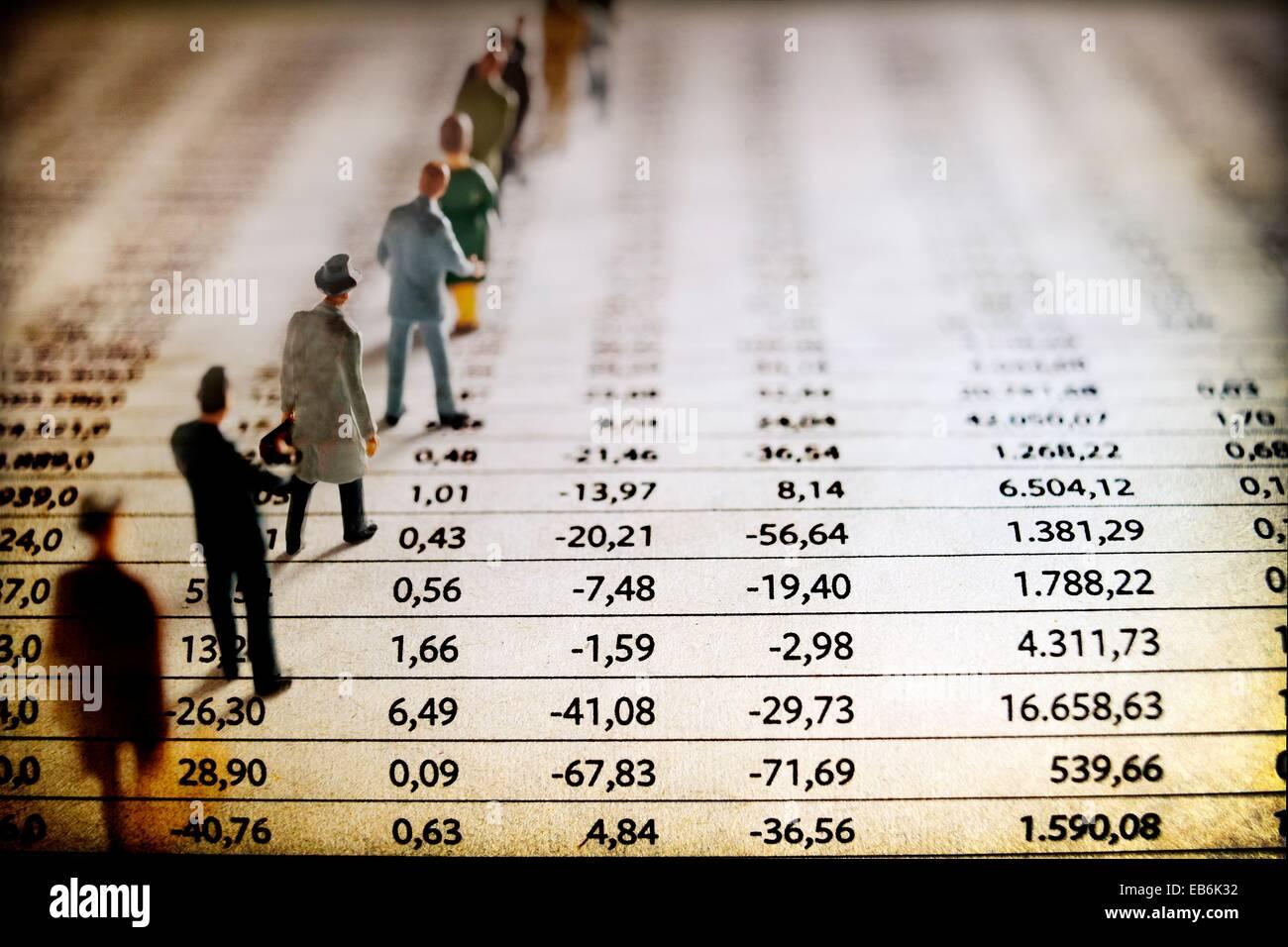 hombres de negocio en fila sobre listado de mercado de valores, Business men in a row on stock market listing, - Stock Image