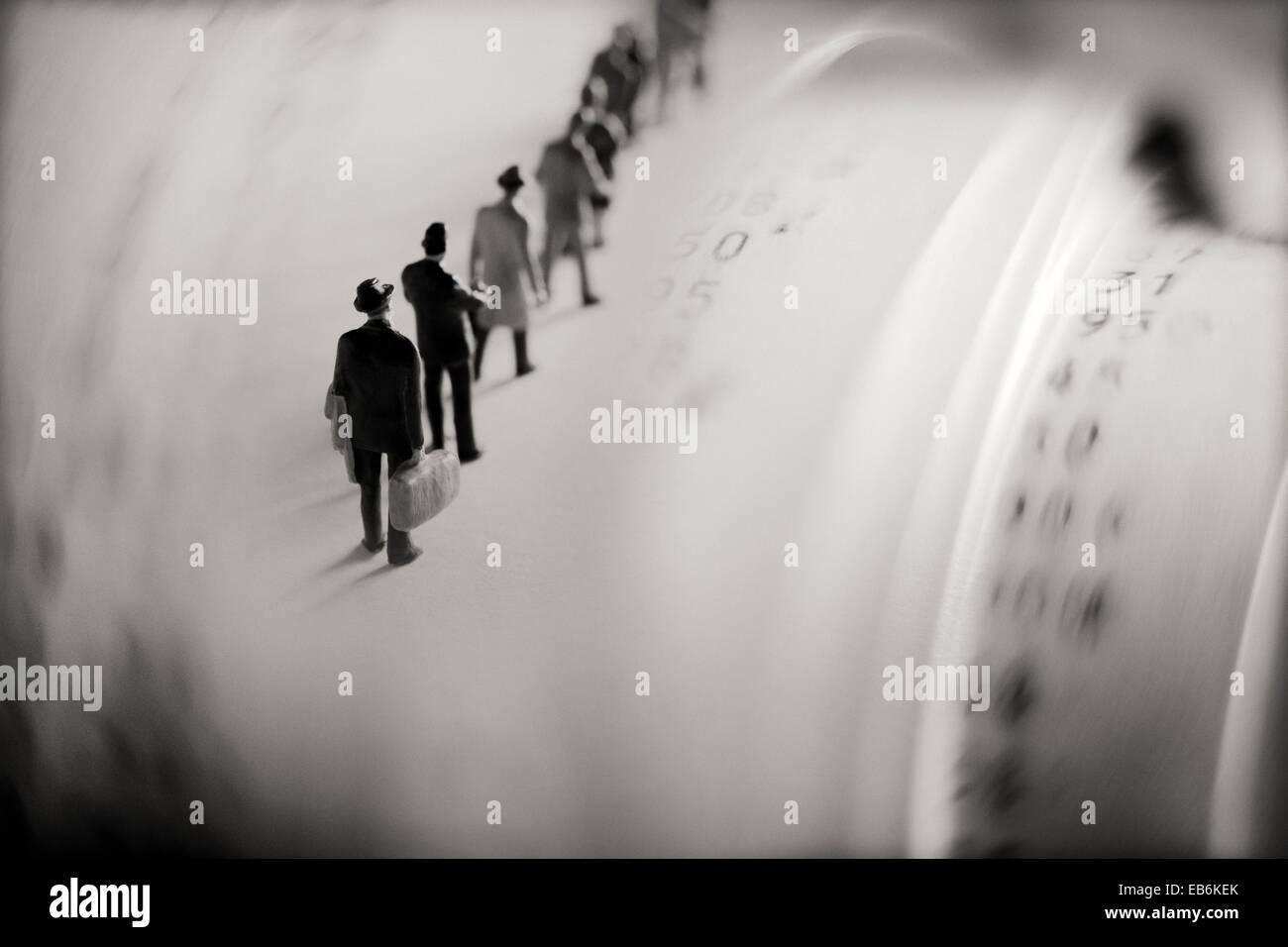 hombres de negocio en fila con numeros y cantidades en ticket de maquina calculadora businessmen in queu with ticket - Stock Image