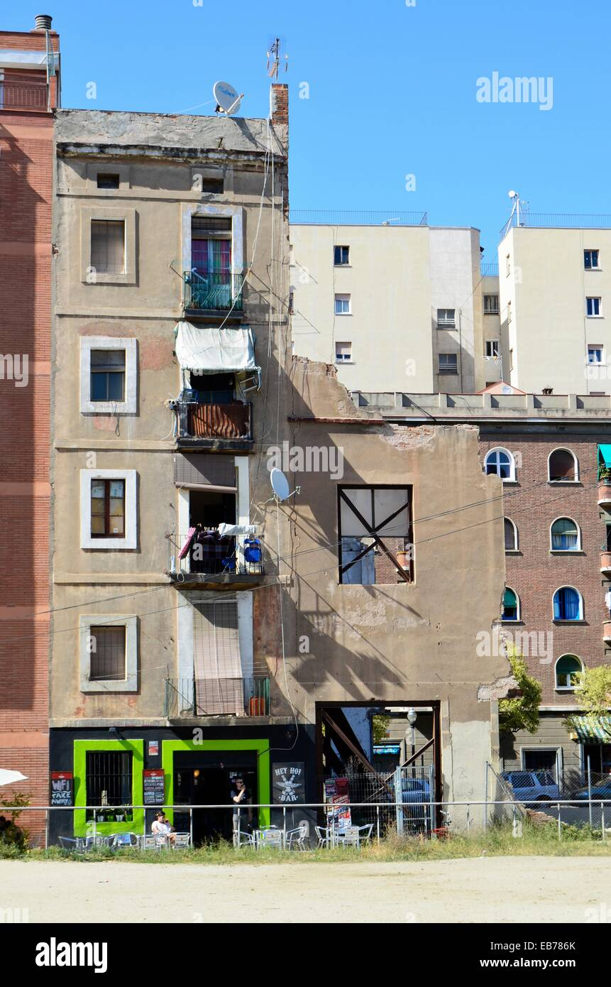 Demolished house in opposition to one that is not. Barcelona, Catalonia, Spain. - Stock Image