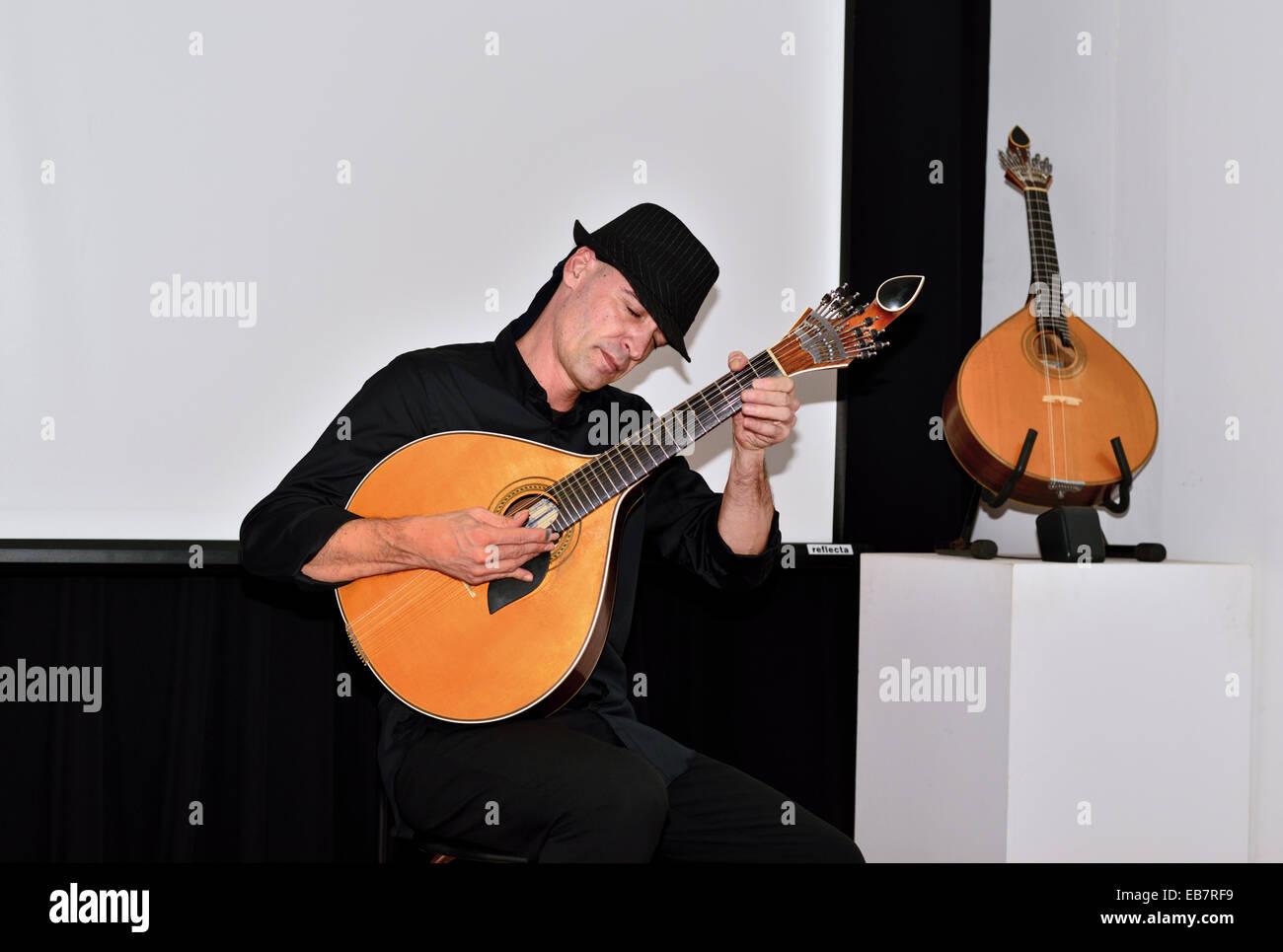Portugal, Algarve: Musician João Cuña playing the Guitarra Portuguesa in his show in the Museu Municipal - Stock Image