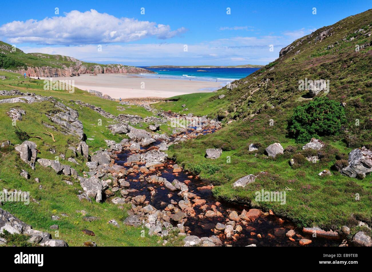The Allt Chailgeag stream transporting brown bog water into Rispond Bay, Durness, Caithness, and Easter Ross, Scotland - Stock Image