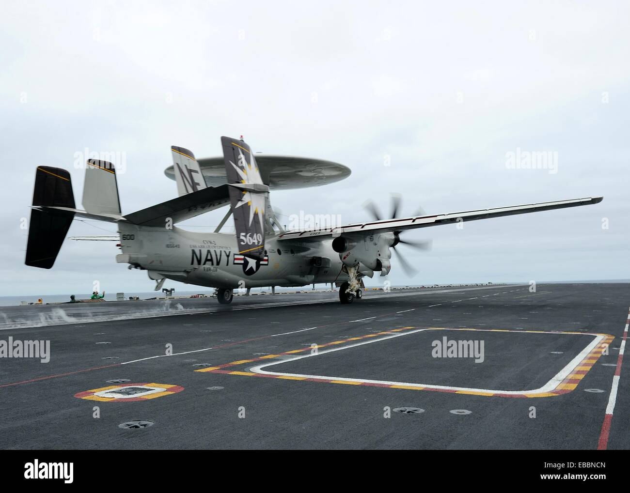 100807-N-2821G-415 PACIFIC OCEAN Aug  7, 2010 An E-2C Hawkeye assigned to the Sun Kings of Airborne Early Warning - Stock Image