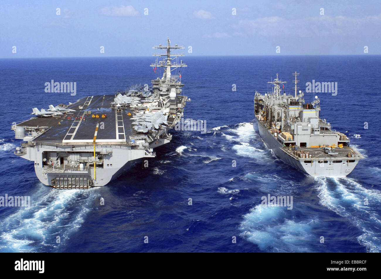 PACIFIC OCEAN (April 12, 2007). Military Sealift Command (MSC) fast combat support ship USNS Rainier (T-AOE 7) performs - Stock Image