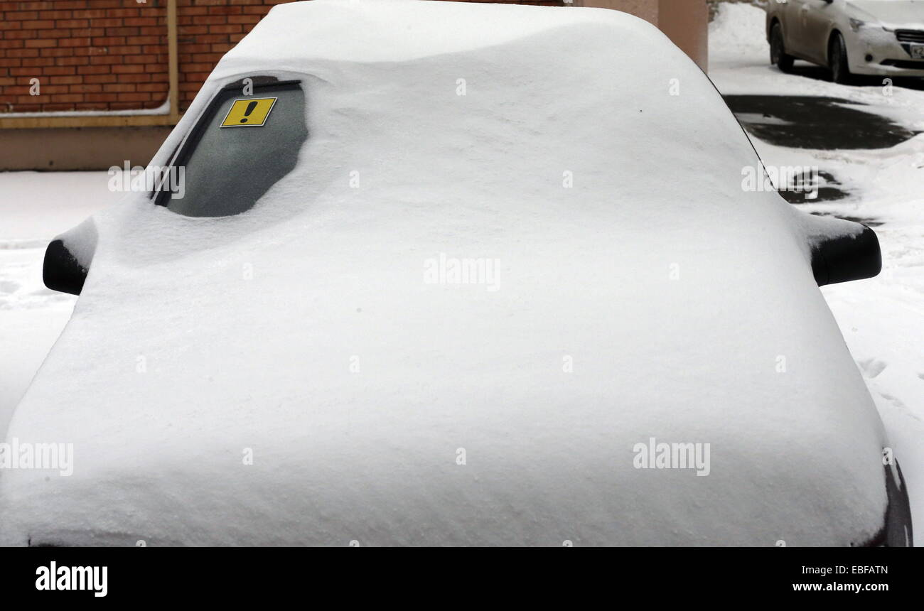ROSTOV-ON-DON, RUSSIA. NOVEMBER 30, 2014. A parked car covered in snow. Valery Matytsin/TASS - Stock Image