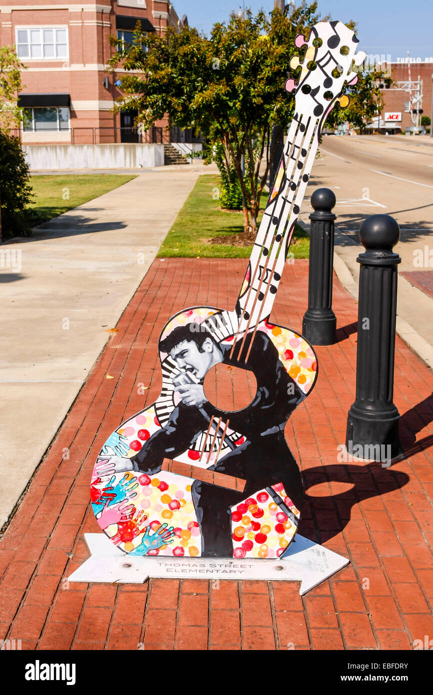 Celebrating Tupelo city's history and link to Elvis with guitar shaped street sculpture - Stock Image