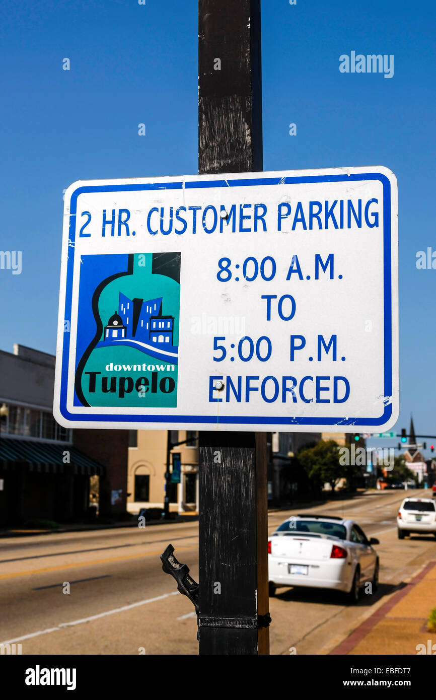 2Hr Customer Parking sign in downtown Tupelo Mississippi - Stock Image