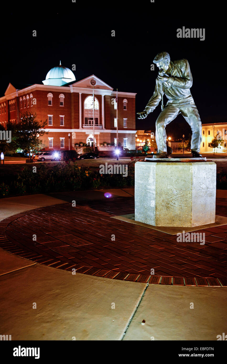 The Elvis Presley Homecoming Statue and City Hall in Fairpark. Site of the 1956 Elvis concert - Stock Image
