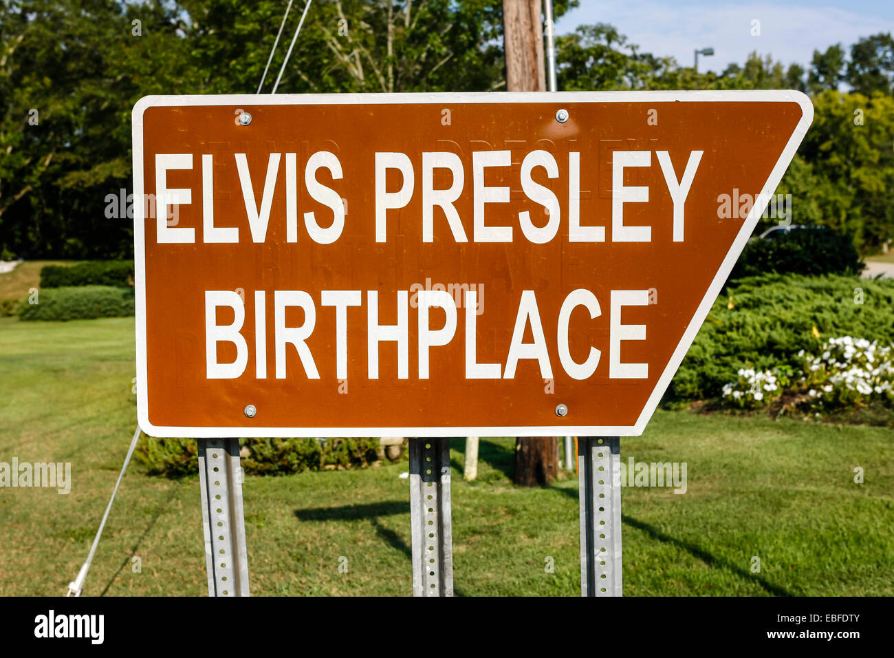Elvis Presley Birthplace Brown and White historical direction sign in Tupelo Mississippi - Stock Image