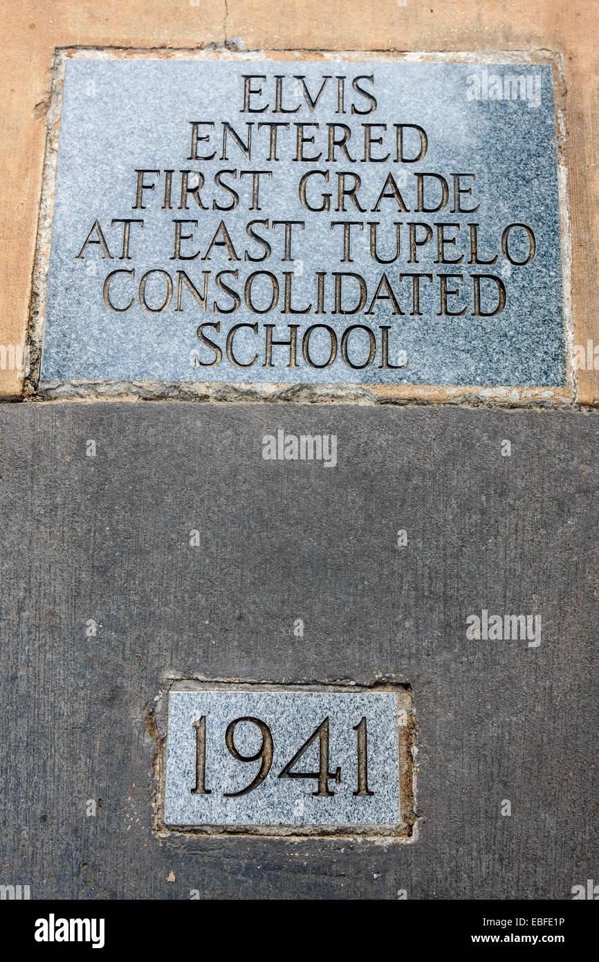 Life dedication plaque to Elvis - 1941 Entered First Grade at E. Tipelo Consolidated School - Stock Image