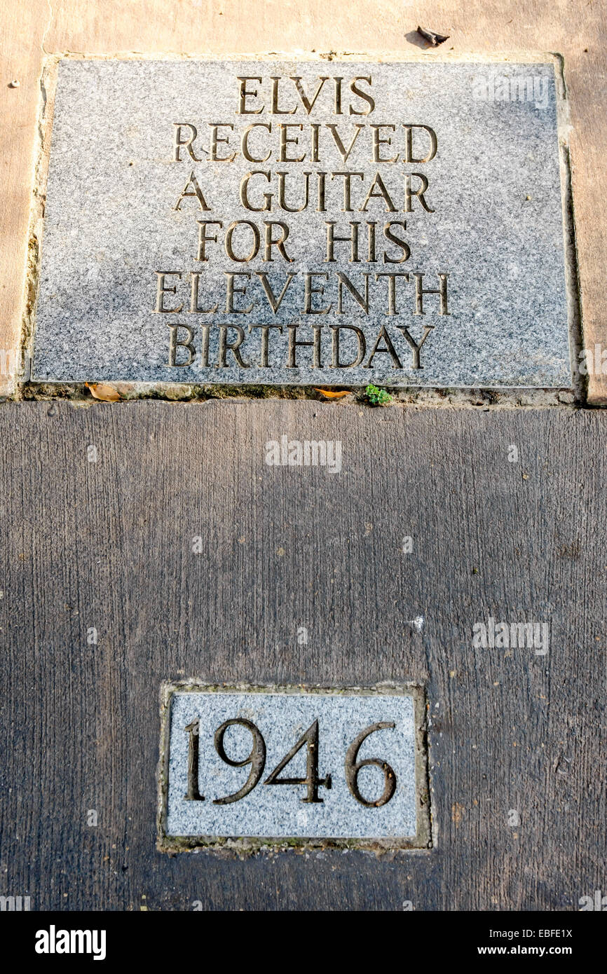 Life dedication plaque to Elvis - 1946 Received his first guitar on his 11th birthday. - Stock Image