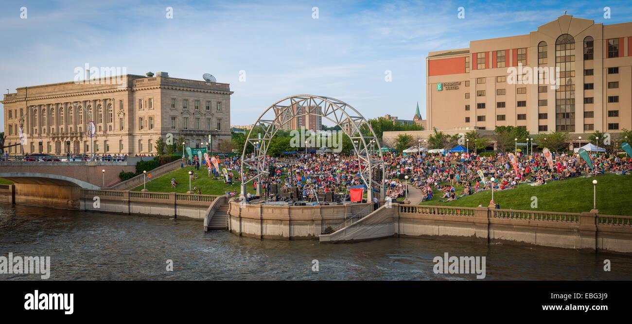 Large crowd at Simon Estes Riverfront Amphitheater. Des Moines, Iowa. - Stock Image
