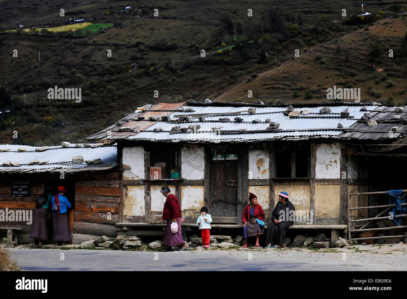 Small shop on the roadside with people out the front, Pela La Pass, Wangdue Phodrang District, Bhutan - Stock Image