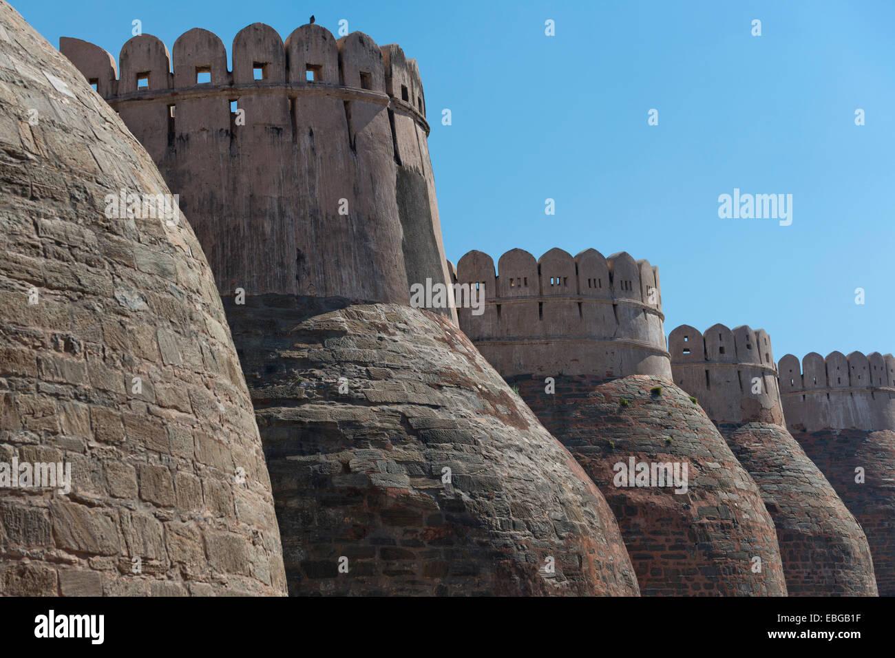 Fortified wall, Kumbhalgarh Fort or Kumbhalmer Fort, Kumbhalgarh, Rajasthan, India - Stock Image