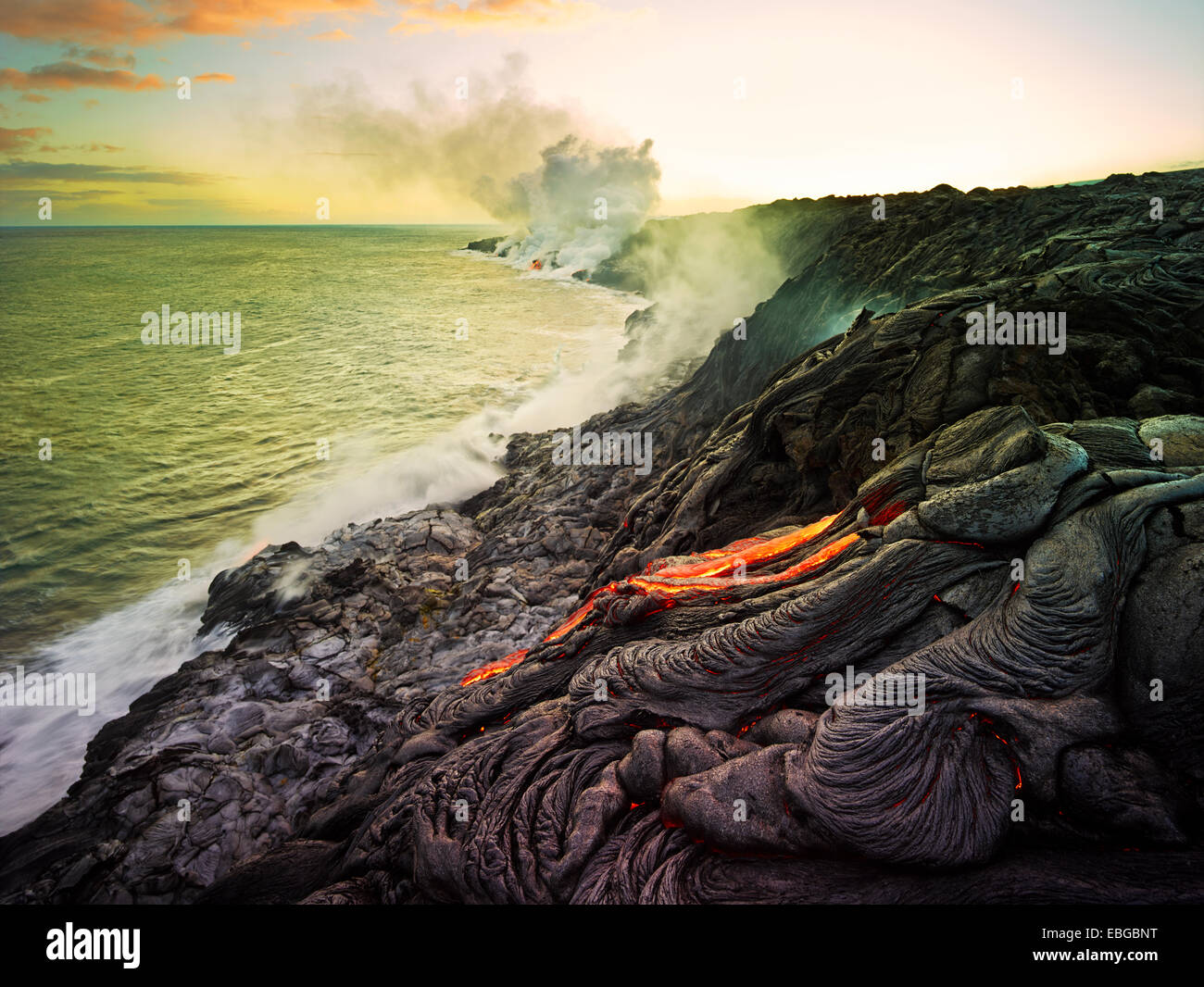 Puʻu ʻŌʻō or Puu Oo volcano, volcanic eruption, lava flow, red hot lava flowing into the Pacific Ocean - Stock Image