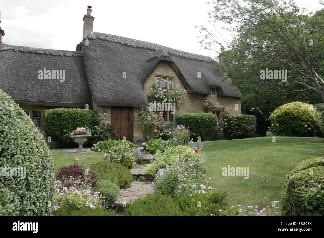 A pretty thatched cottage in the cotswolds with its fine garden at Chipping Campden Stock Photo