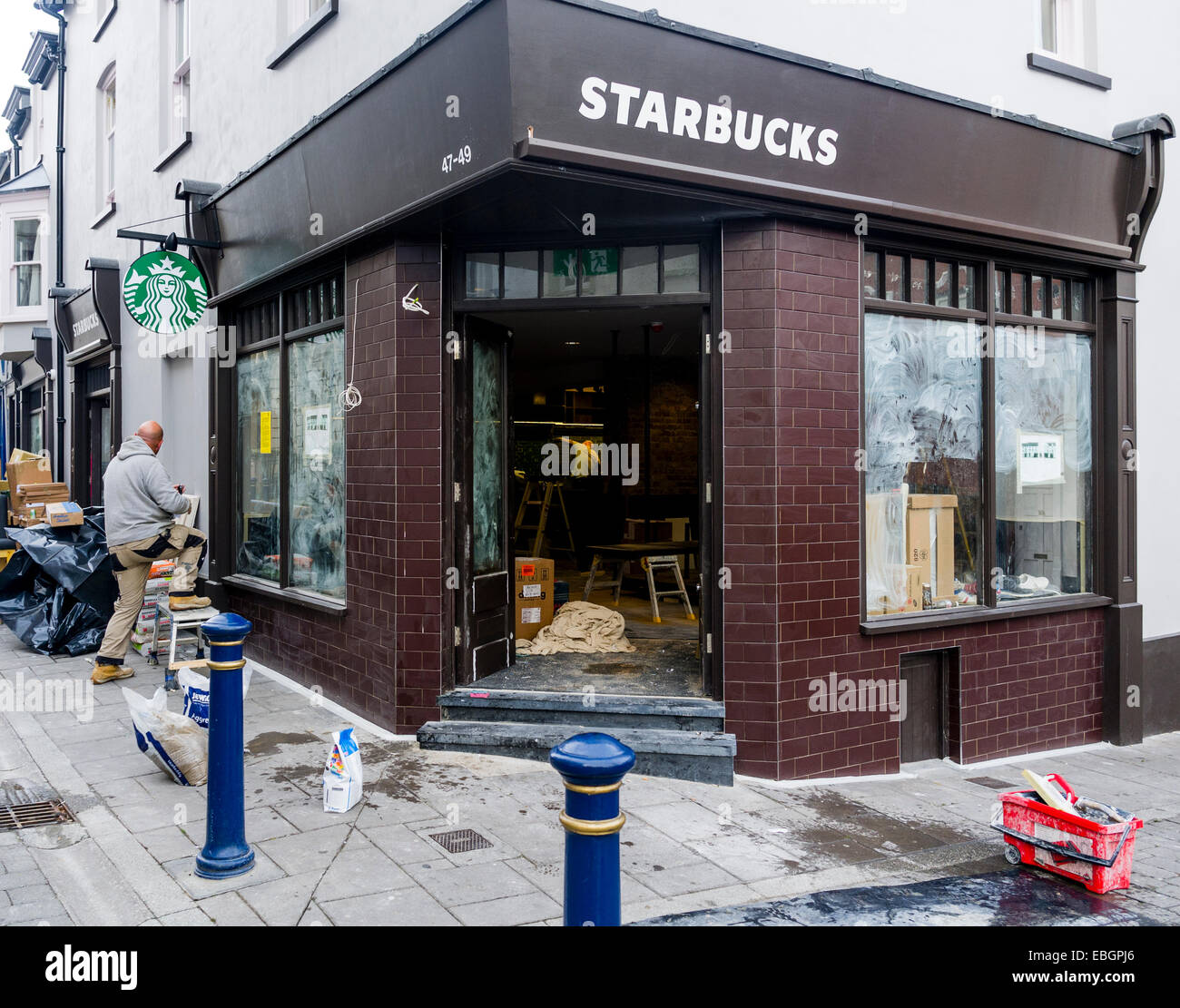 Exterior Workers Working Fitting Out A New Branch Of Starbucks Stock Photo Alamy