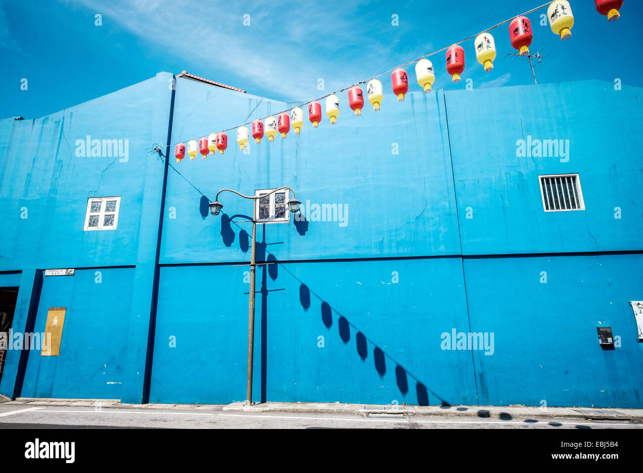 Blue building in chinatown in singapore - Stock Image