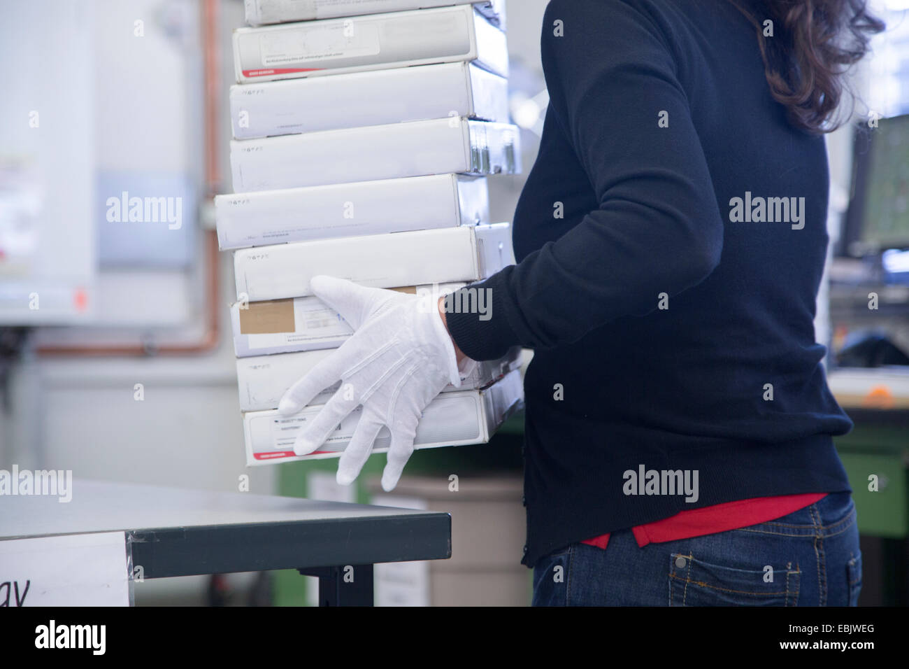 Worker packing at healthcare warehouse - Stock Image