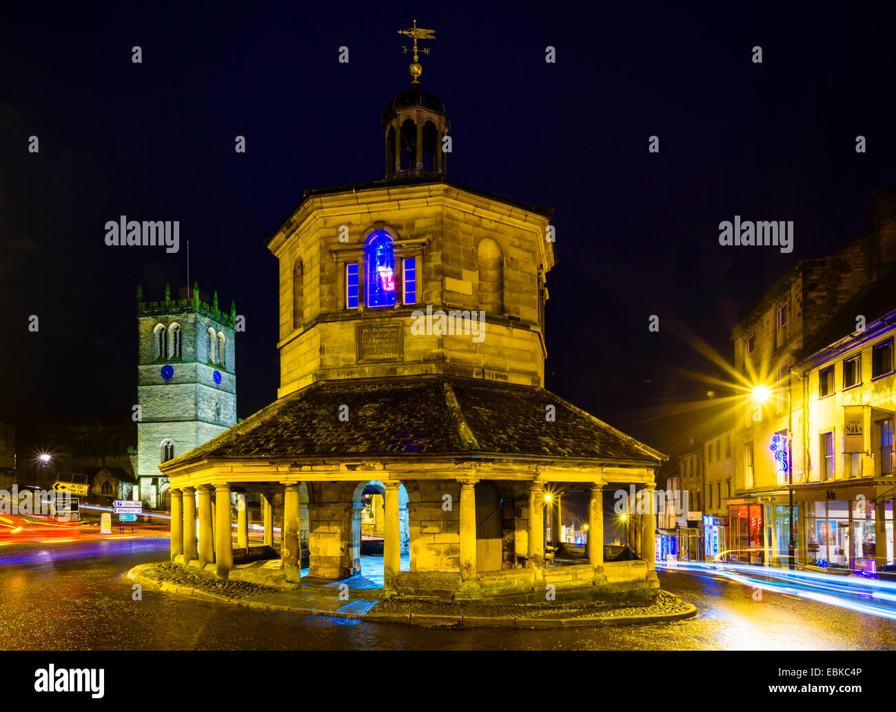 Evening traffic around the Market Cross or Butter Market in Barnard Castle, County Durham - Stock Image
