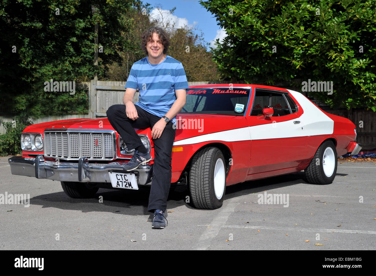 comedian alan davies with a replica starsky and hutch ford gran stock photo 76042836 alamy. Black Bedroom Furniture Sets. Home Design Ideas