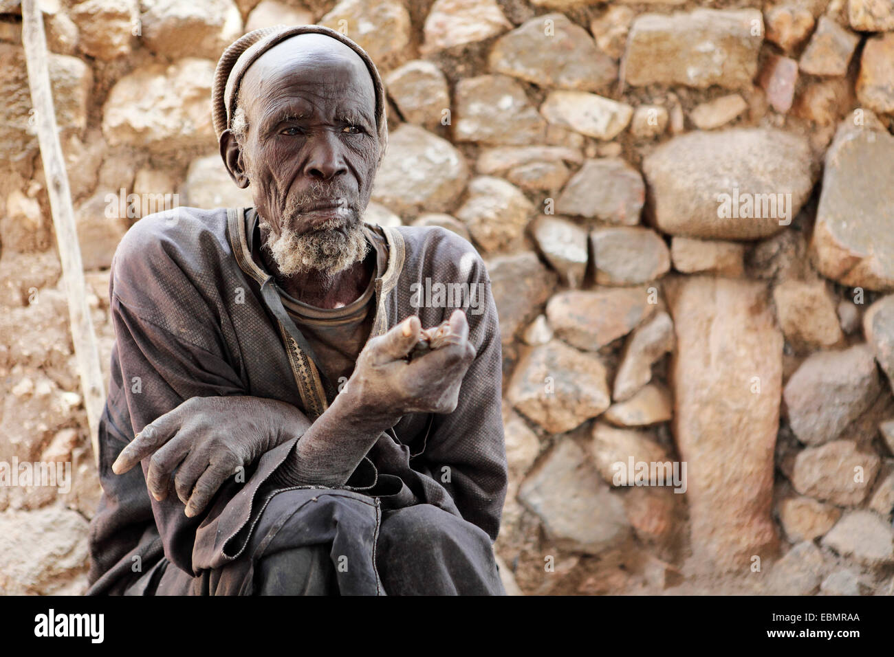 Oracle priest Mboula, 92, reading the oracle of the crab, Rhumsiki, Far North, Cameroon - Stock Image