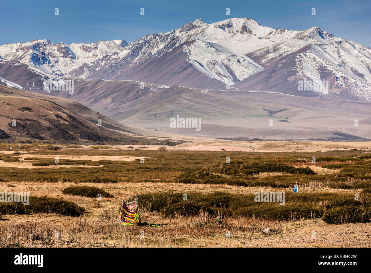 open air toilette in steppe, snow-caped mountain range in background, Kyrgyzstan, Djalalabad, Taskoemuer - Stock Image