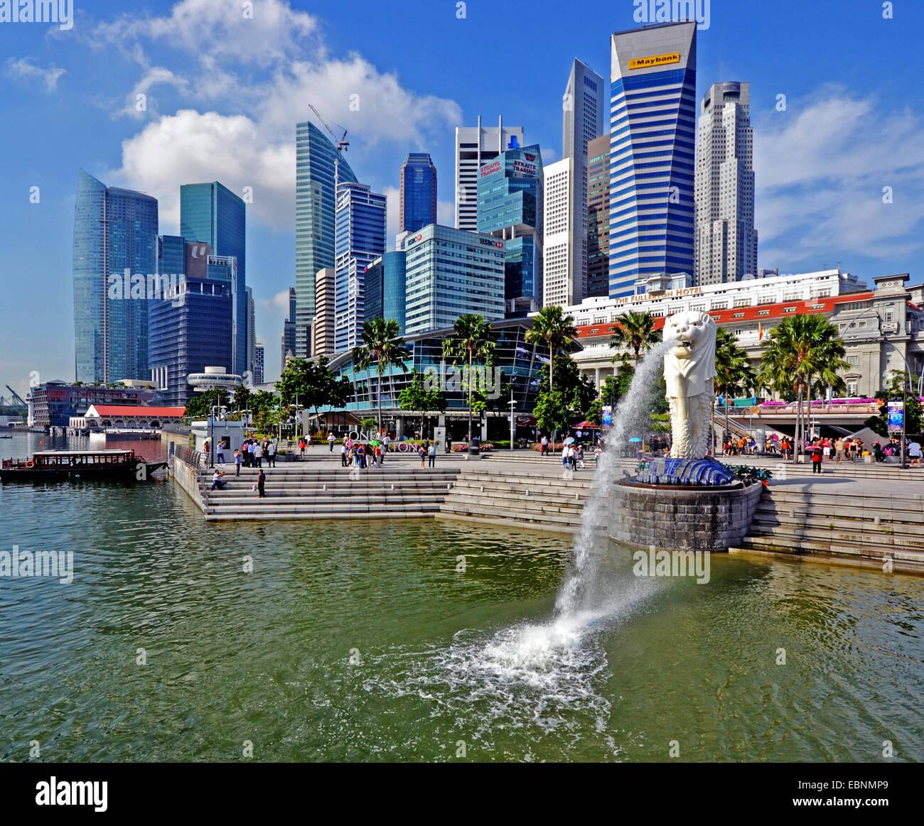 view onto the skyline of Singapore with white lion, Singapore - Stock Image