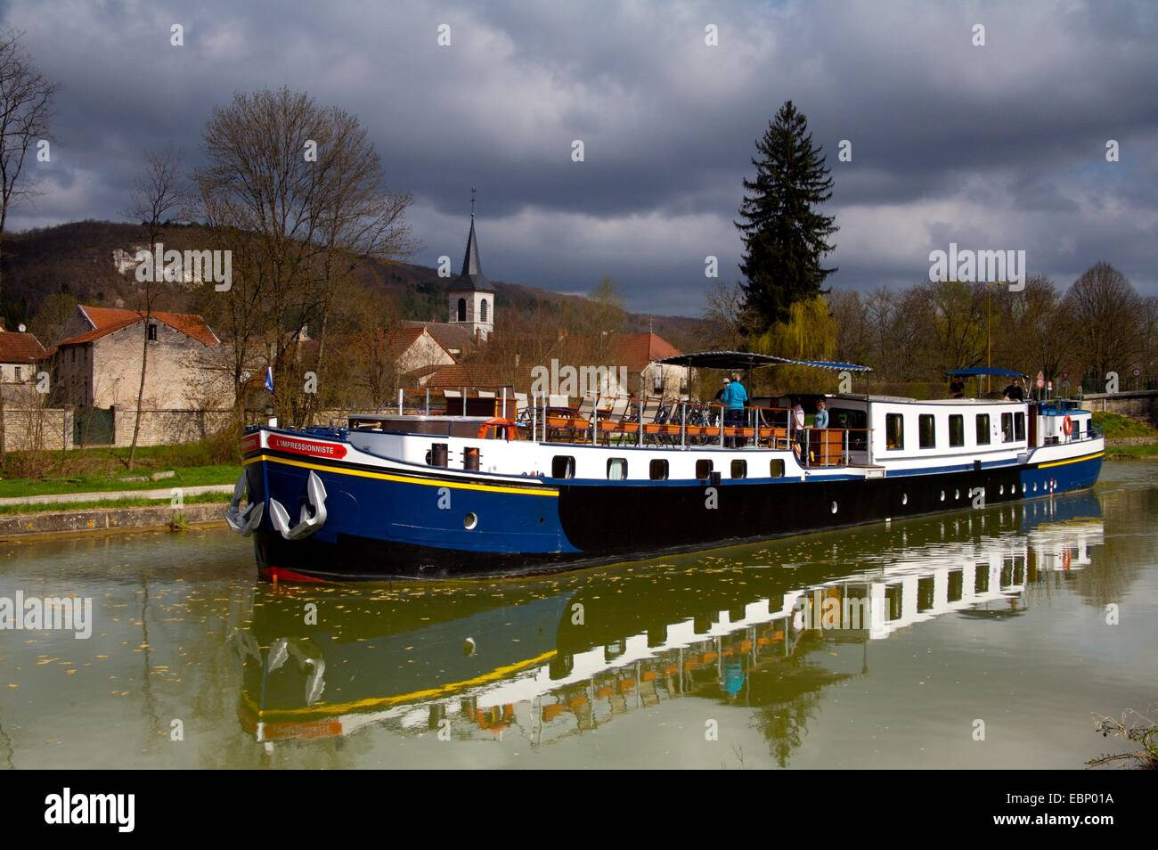 The luxury, 12-person peniche, L'impressioniste on the Burgundy Canal, France - Stock Image