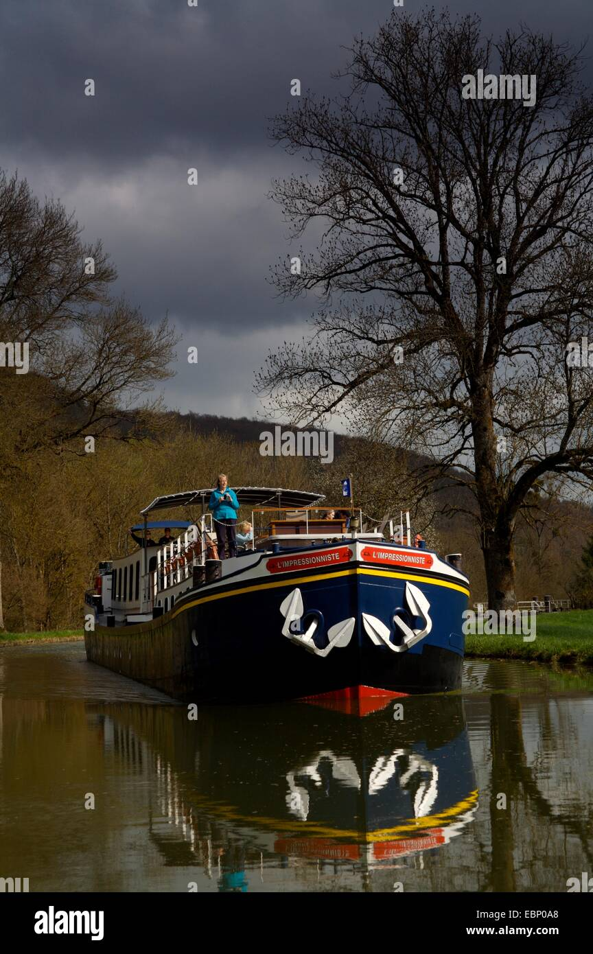 L'impressioniste, a luxury peniche or barge on the Burgundy Canal, France - Stock Image