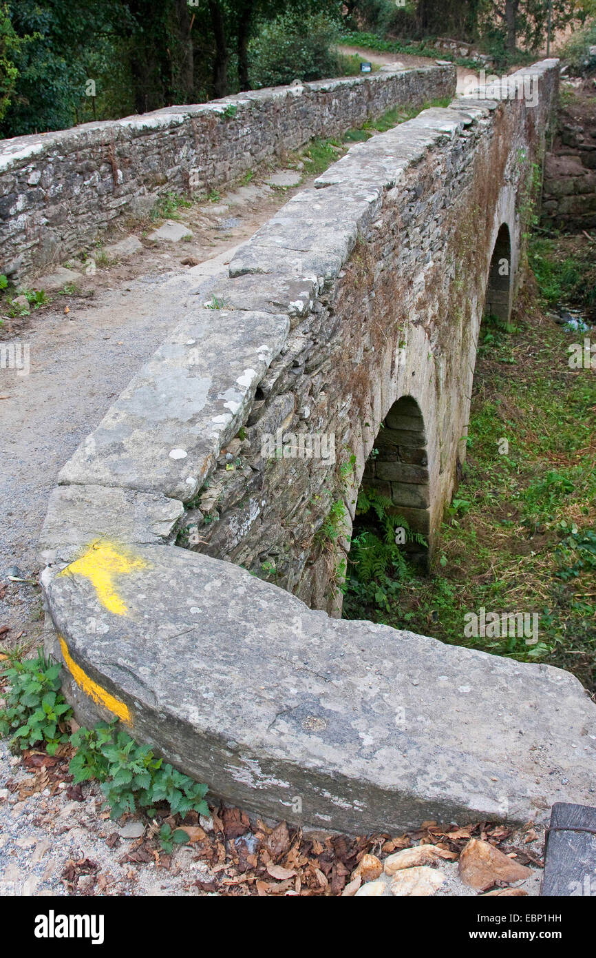 Way of St. James, old bridge with direction arrow on the way from Sarria to Lavandeira, Spain, Galicia, Lugo - Stock Image