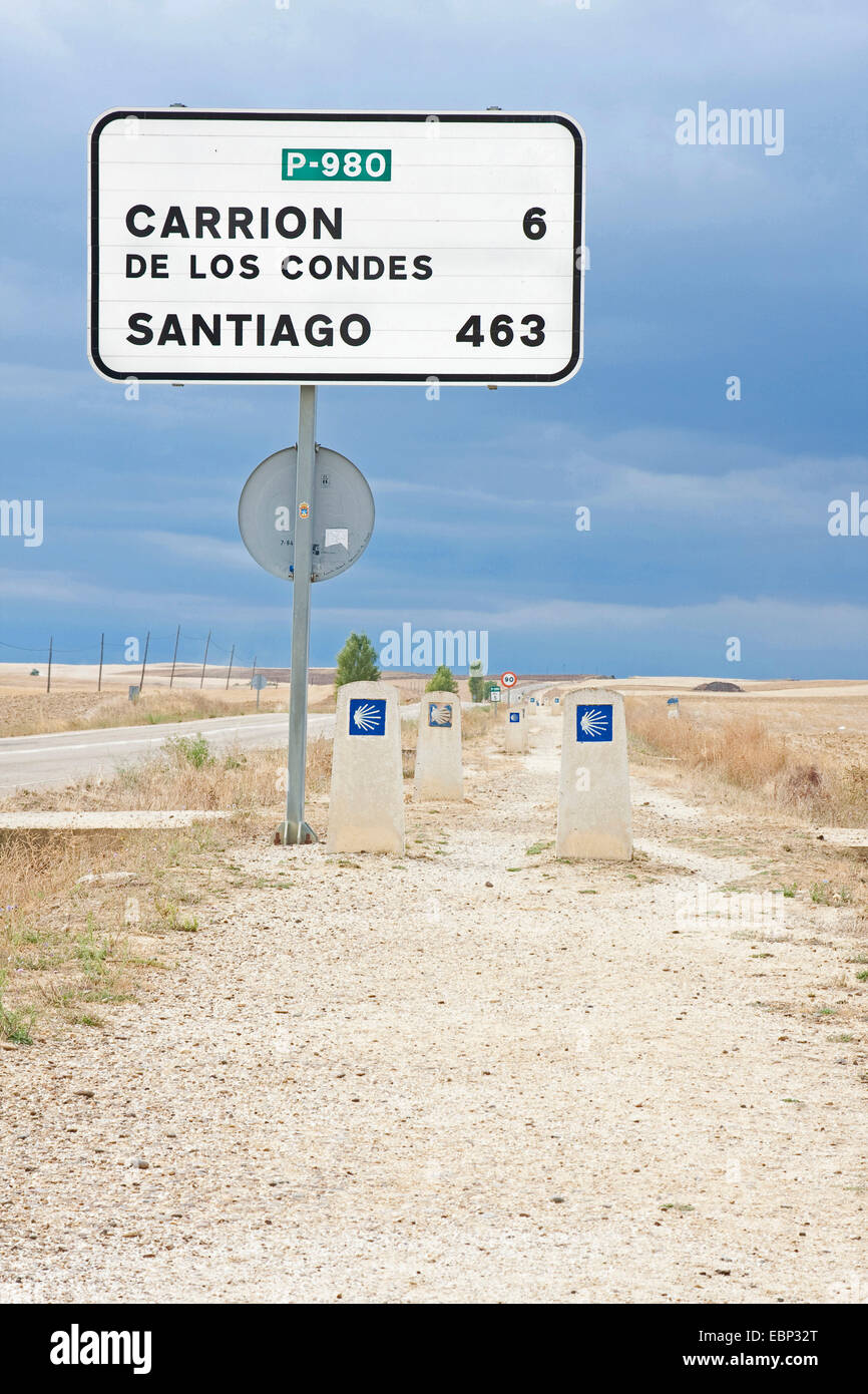 Way of St. James, sign with distance indication on the way from Villacaz�r to Carri�n de los Condes, Spain, Castile - Stock Image
