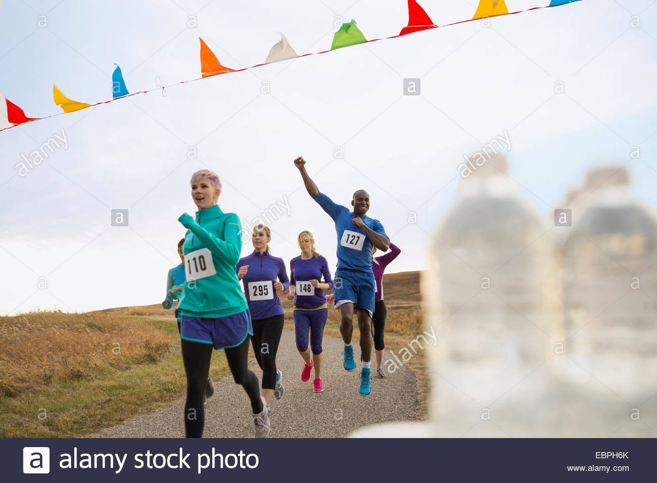 Cheering runners approaching finish line - Stock Image