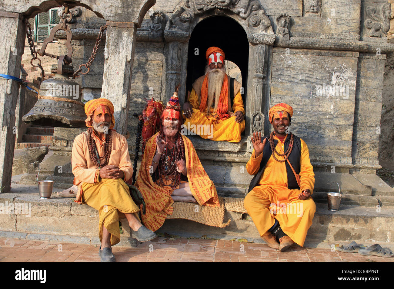 four sadhus sitting at a temple, Nepal, Kathmandu, Pashupatinath - Stock Image